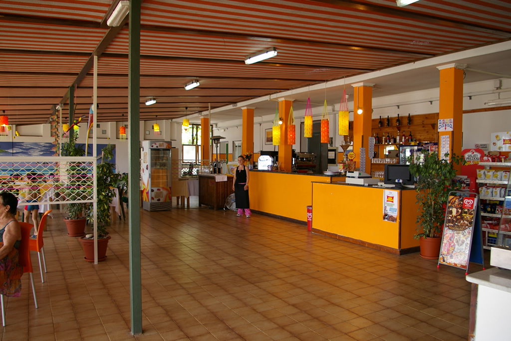 Cucina tipica regionale, vera pizza napoletana e ampio bar con terrazza e chiosco all'ingresso della spiaggia privata - sul mare bandiera blu 2016 di Villammare Vibonati (SA) - al Ristorante Pizzeria Bar Solemare del camping village Europa Unita.