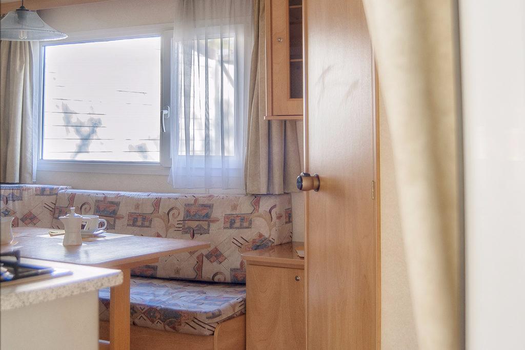 Interno casetta 6 posti presso il Camping Village Europa Unita by Solemare Project - dettaglio salotto con divano letto