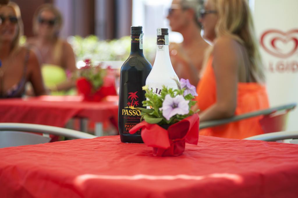 Cocktail, gelati, longdrink...Cucina tipica regionale, vera pizza napoletana e ampio bar con terrazza e chiosco all'ingresso della spiaggia privata - sul mare bandiera blu 2016 di Villammare Vibonati (SA) - al Ristorante Pizzeria Bar Solemare del camping village Europa Unita