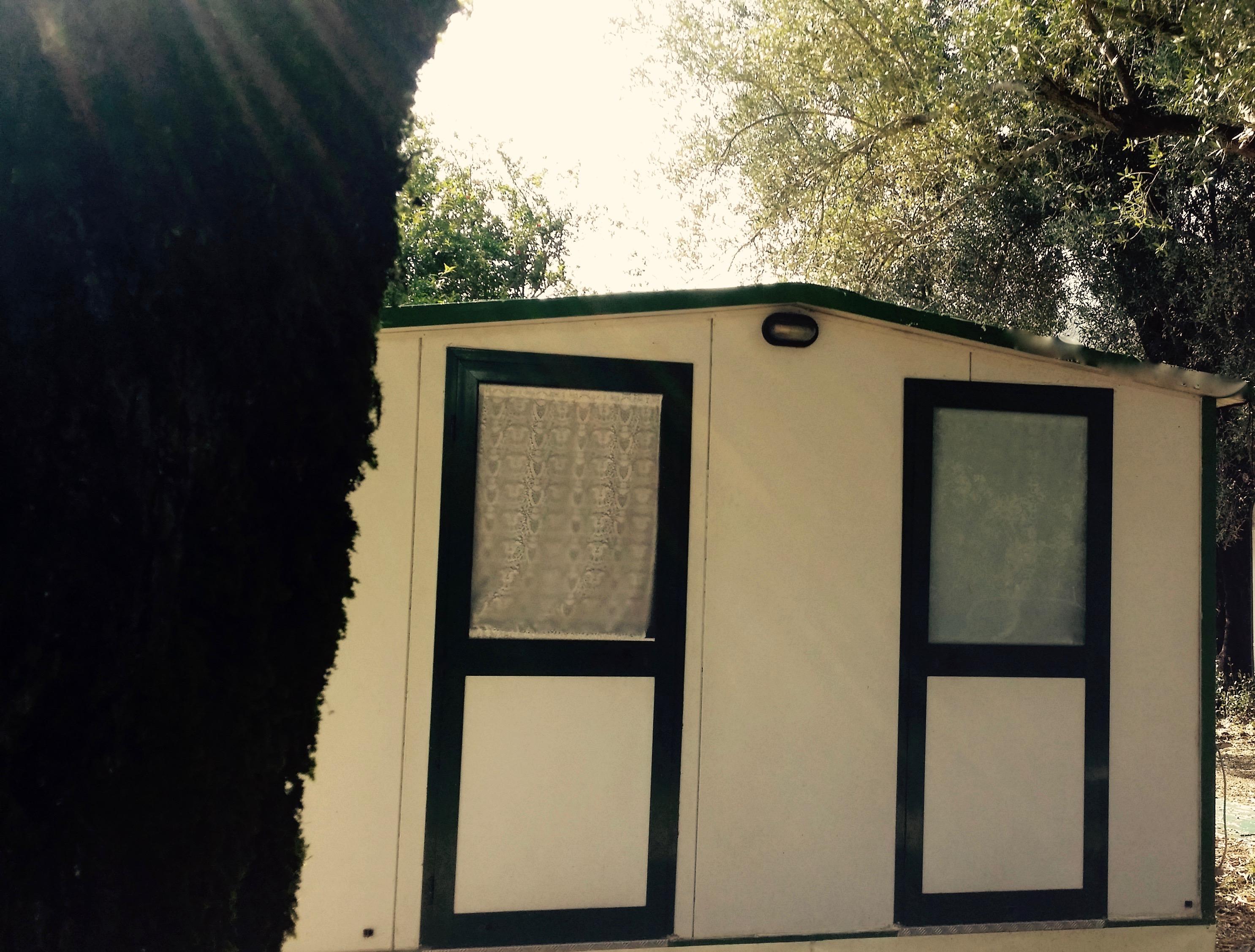 Le roulotte attrezzate disponibili al Camping Village Europa Unita possono ospitare fino a 5 persone e dispongno di una veranda pavimentata, un ampio spazio esterno con gazebo e modulo in pvc con bagno e cucina direttamente in piazzola